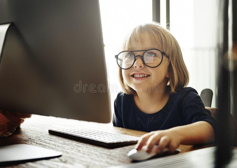 Έννοια τρόπου ζωής Διαδικτύου υπολογιστών σερφ παιδιών στοκ φωτογραφία με δικαίωμα ελεύθερης χρήσης