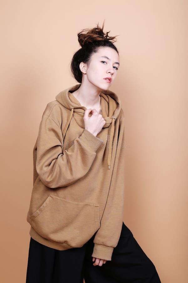 Έννοια τρόπου ζωής και μόδας: όμορφη γυναίκα που φορά το περιστασιακό CL στοκ εικόνα