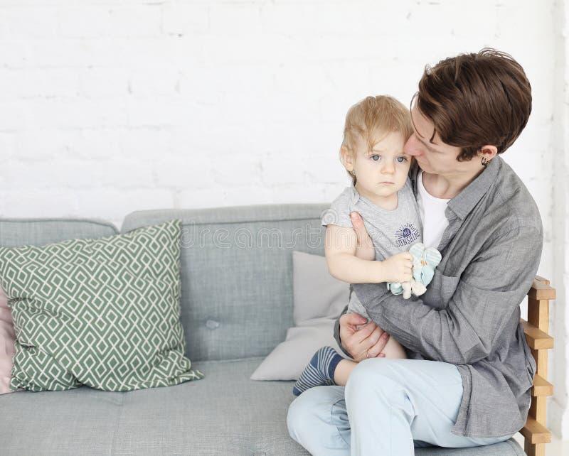 Έννοια τρόπου ζωής, οικογενειών και ανθρώπων - ευτυχής νέος πατέρας με το γιο ενός έτους βρεφών του που παίζει στο σπίτι στοκ φωτογραφίες με δικαίωμα ελεύθερης χρήσης