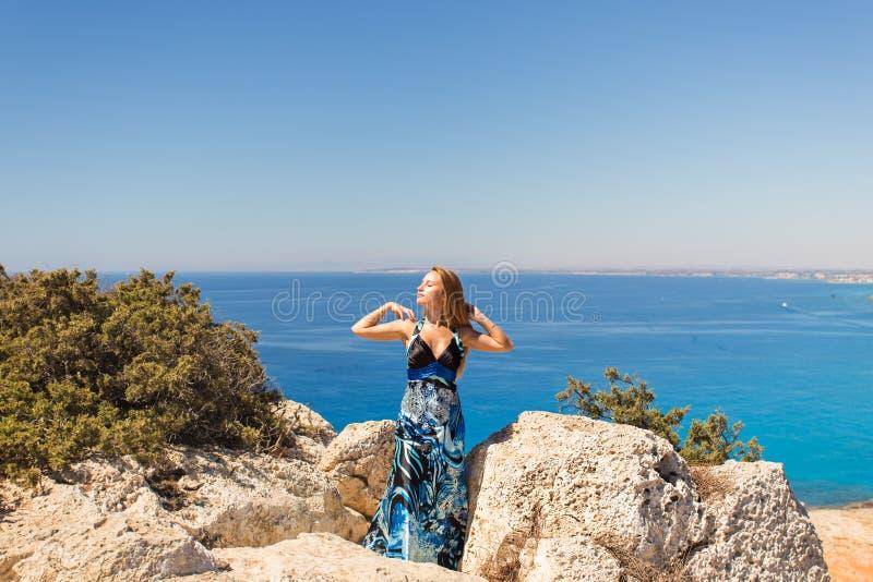 Έννοια τρόπου ζωής - όμορφη ευτυχής γυναίκα που απολαμβάνει το καλοκαίρι υπαίθρια στοκ εικόνα με δικαίωμα ελεύθερης χρήσης