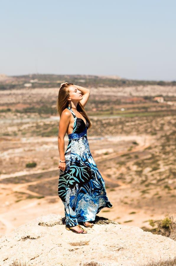Έννοια τρόπου ζωής - όμορφη ευτυχής γυναίκα που απολαμβάνει το καλοκαίρι υπαίθρια στοκ φωτογραφίες