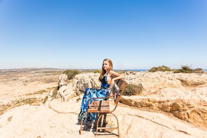 Έννοια τρόπου ζωής - όμορφη ευτυχής γυναίκα που απολαμβάνει το καλοκαίρι υπαίθρια στοκ φωτογραφία με δικαίωμα ελεύθερης χρήσης