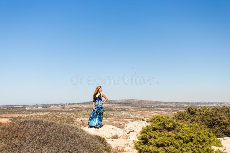 Έννοια τρόπου ζωής - όμορφη ευτυχής γυναίκα που απολαμβάνει το καλοκαίρι υπαίθρια στοκ φωτογραφίες με δικαίωμα ελεύθερης χρήσης