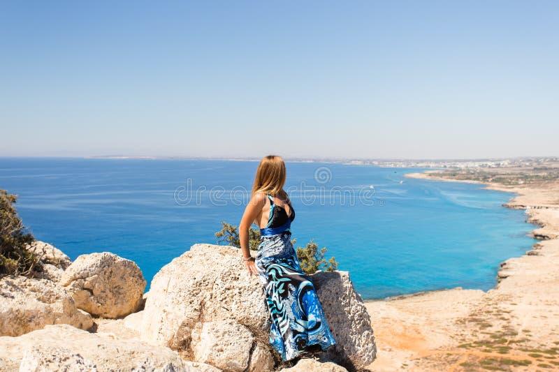 Έννοια τρόπου ζωής - όμορφη ευτυχής γυναίκα που απολαμβάνει το καλοκαίρι υπαίθρια στοκ φωτογραφία