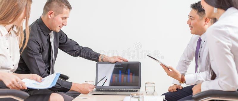 Έννοια των επιχειρηματιών ομάδας στη συνεδρίαση στο γραφείο στοκ φωτογραφία