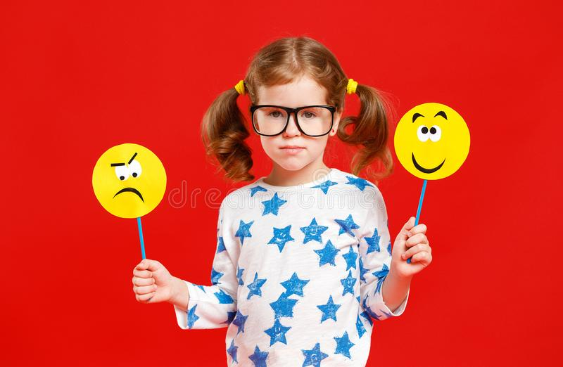 Έννοια των συγκινήσεων παιδιών ` s το κορίτσι παιδιών επιλέγει μεταξύ ενός λυπημένου στοκ εικόνα με δικαίωμα ελεύθερης χρήσης