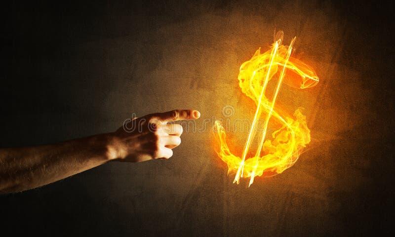 Έννοια των χρημάτων που κάνει με το σύμβολο πυρκαγιάς νομίσματος δολαρίων στο σκοτεινό υπόβαθρο στοκ εικόνες