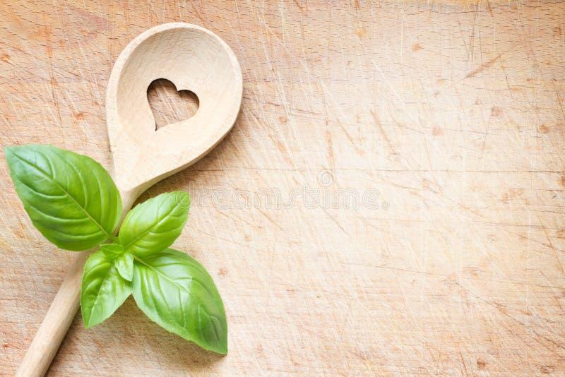 Έννοια υποβάθρου μαγειρέματος αγάπης με το παλαιό αναδρομικό κουτάλι με το σημάδι καρδιών στοκ εικόνες με δικαίωμα ελεύθερης χρήσης