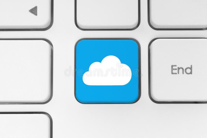 Έννοια υπολογισμού σύννεφων στο πληκτρολόγιο υπολογιστών απεικόνιση αποθεμάτων