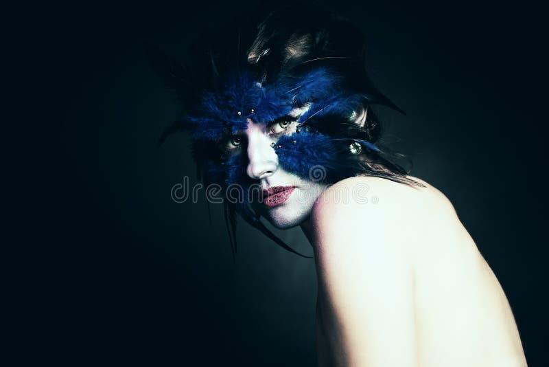 Έννοια φαντασίας μαύρη απομονωμένη σύνολο γυναίκα πορτρέτου μήκους τέχνης makeup Μπλε πουλί φαντασίας στοκ εικόνες