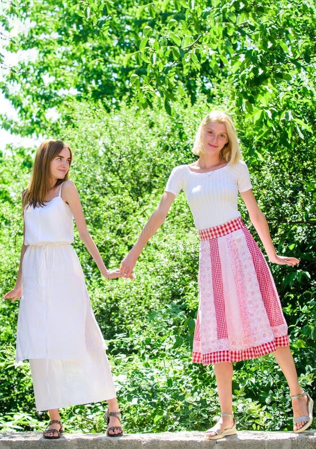 Έννοια φιλίας Αποκάλυψη και ειλικρίνεια Απρόσεκτοι νεαροί φίλοι βγαίνουν έξω Φιλικές σχέσεις Θερινή ανάπαυση στοκ εικόνες με δικαίωμα ελεύθερης χρήσης