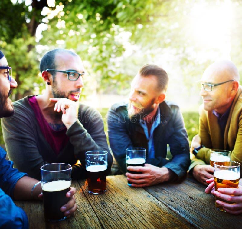 Έννοια φιλίας κόμματος κατανάλωσης μπύρας ανθρώπων στοκ εικόνες
