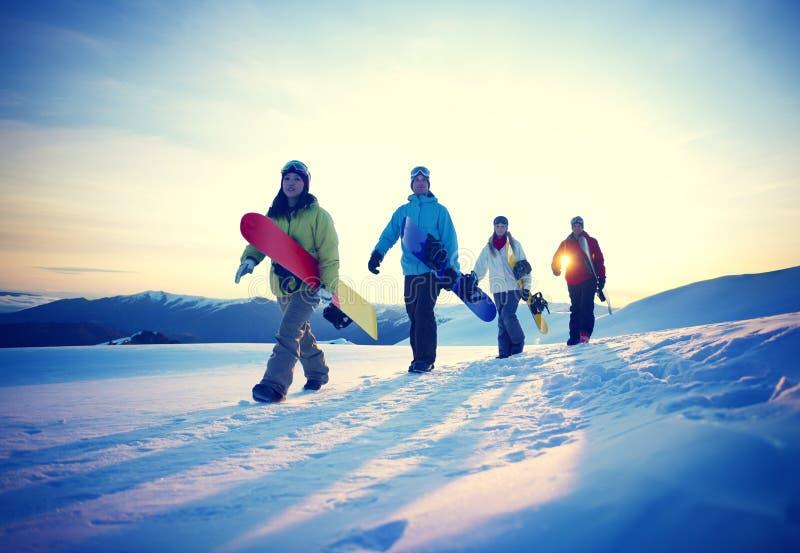 Έννοια φιλίας χειμερινού αθλητισμού σνόουμπορντ ανθρώπων στοκ εικόνες