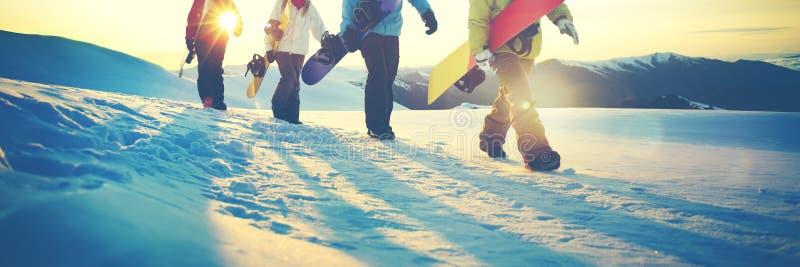 Έννοια φιλίας χειμερινού αθλητισμού σνόουμπορντ ανθρώπων στοκ εικόνα