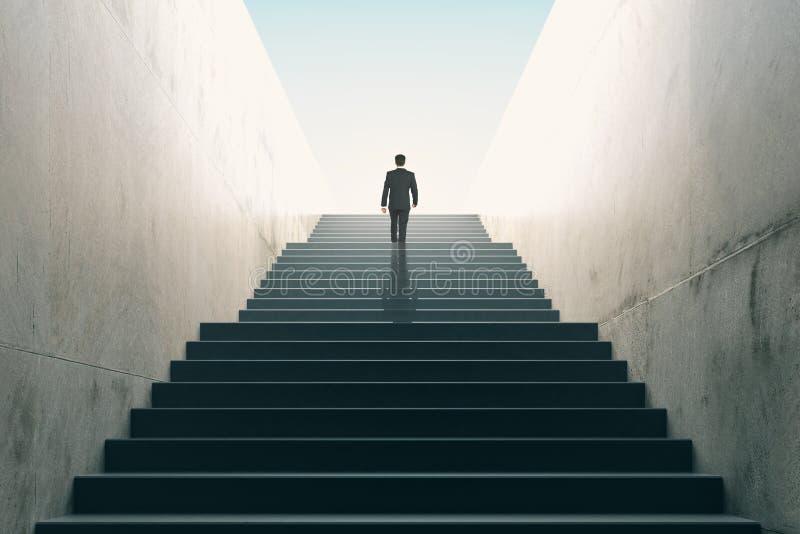 Έννοια φιλοδοξιών με τον επιχειρηματία που αναρριχείται στα σκαλοπάτια στοκ εικόνες με δικαίωμα ελεύθερης χρήσης