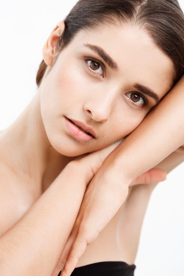 Έννοια φροντίδας δέρματος νεολαίας ομορφιάς - κλείστε επάνω το όμορφο καυκάσιο πορτρέτο προσώπου γυναικών με χαλαρώνει τη χειρονο στοκ φωτογραφίες