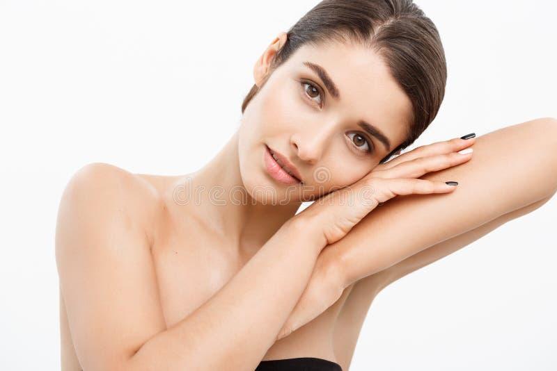 Έννοια φροντίδας δέρματος νεολαίας ομορφιάς - κλείστε επάνω το όμορφο καυκάσιο πορτρέτο προσώπου γυναικών με χαλαρώνει τη χειρονο στοκ φωτογραφία
