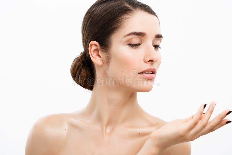 Έννοια φροντίδας δέρματος νεολαίας ομορφιάς - κλείστε επάνω το όμορφο καυκάσιο πορτρέτο προσώπου γυναικών Beautiful Spa πρότυπο κ στοκ φωτογραφία με δικαίωμα ελεύθερης χρήσης