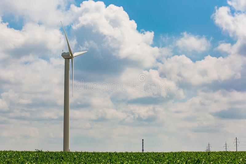 Έννοια φυσικών πόρων Ανανεώσιμη ενέργεια που παράγεται στην αγροτική περιοχή Ανεμοστρόβιλος στον πράσινο τομέα στοκ εικόνα