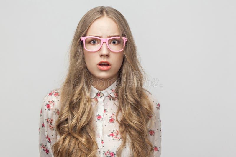 Έννοια φόβου Κορίτσι εφήβων, που εξετάζει τη κάμερα, με το έκπληκτο φ στοκ εικόνες με δικαίωμα ελεύθερης χρήσης