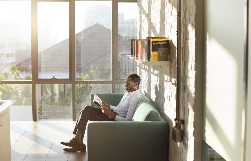 Έννοια χαλάρωσης περιοδικών ανάγνωσης επιχειρηματιών στοκ φωτογραφία με δικαίωμα ελεύθερης χρήσης