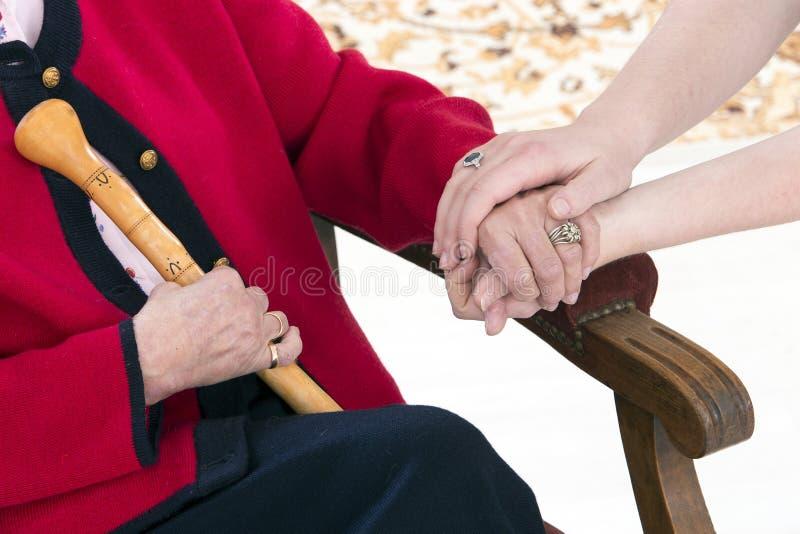 Έννοια χεριών βοηθείας, ανώτερος υπεύθυνος υγείας του ασθενούς γυναικών στοκ εικόνες