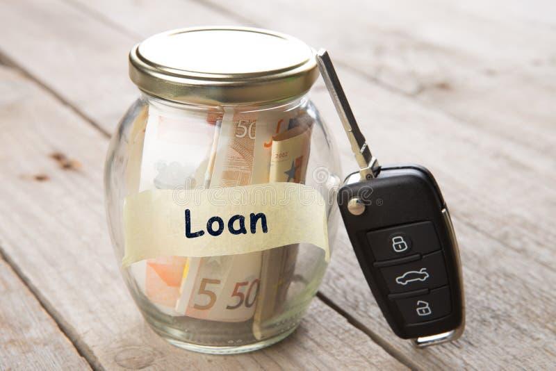 Έννοια χρηματοδότησης αυτοκινήτων - γυαλί χρημάτων με το δάνειο λέξης, κλειδί αυτοκινήτων στοκ φωτογραφία με δικαίωμα ελεύθερης χρήσης