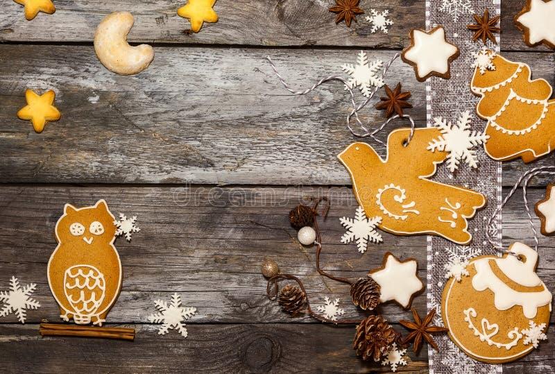 Έννοια Χριστουγέννων με τα μπισκότα στο αγροτικό ύφος στοκ εικόνα με δικαίωμα ελεύθερης χρήσης