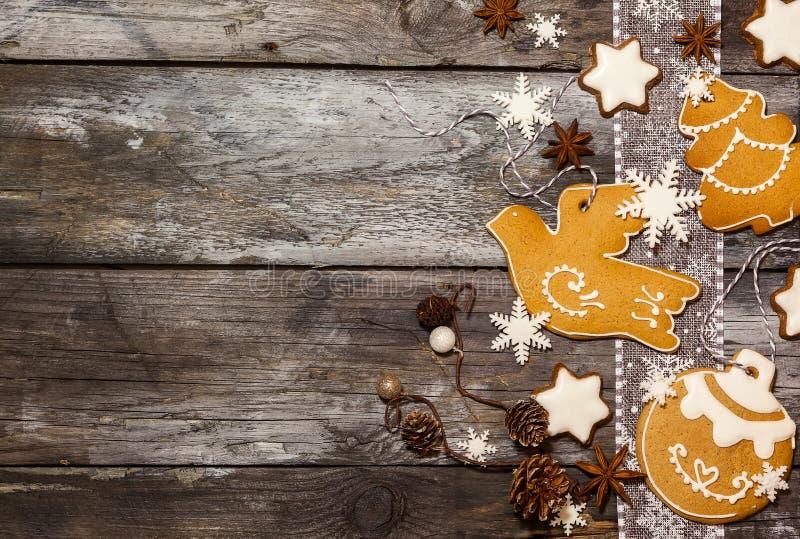 Έννοια Χριστουγέννων με τα μπισκότα στο αγροτικό ύφος στοκ εικόνες