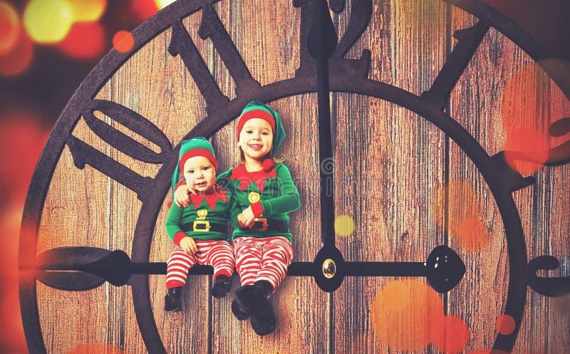 Έννοια Χριστουγέννων Μικρός αρωγός νεραιδών δύο Santa στοκ φωτογραφία με δικαίωμα ελεύθερης χρήσης