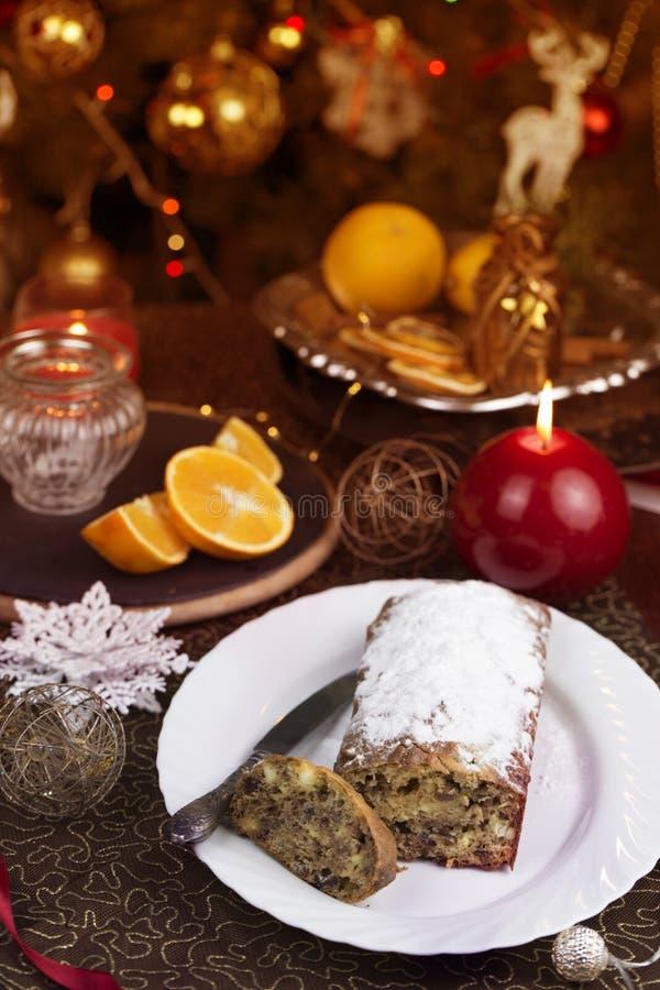 Έννοια Χριστουγέννων Σπιτικό κέικ Χριστουγέννων με τη διακόσμηση Χριστουγέννων στοκ φωτογραφίες