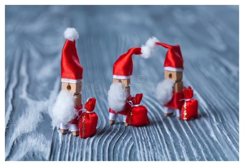 Έννοια Χριστουγέννων - clothespin Τρεις από Άγιο Βασίλη Αναδρομικός Άγιος Βασίλης με μερικές τσάντες των δώρων Μπαμπάς Noel παγετ στοκ εικόνα