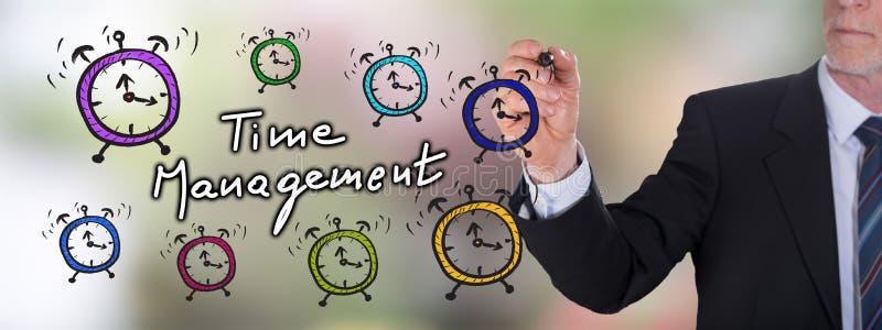 Έννοια χρονικής διαχείρισης που σύρεται από έναν επιχειρηματία στοκ εικόνες