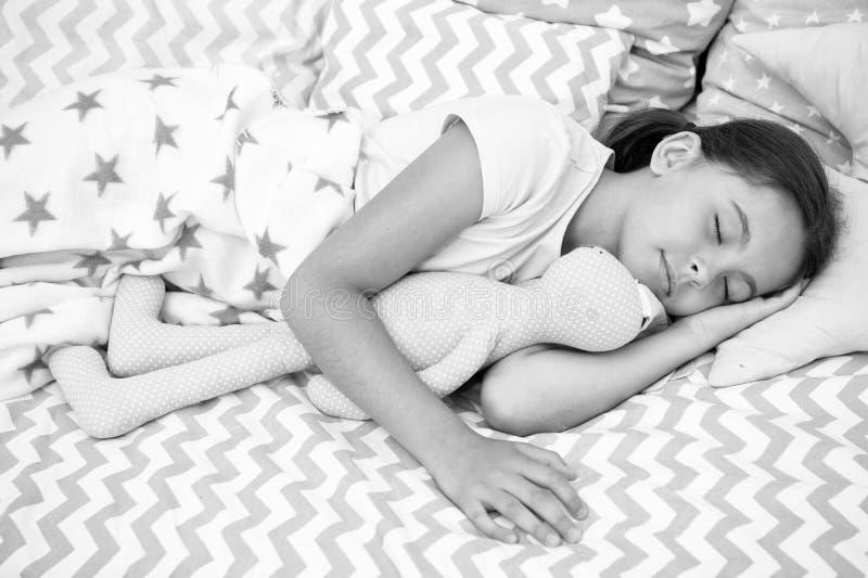 Έννοια ύπνου Ύπνος μικρών κοριτσιών στο κρεβάτι Χαριτωμένος ύπνος παιδιών με το μαλακό παιχνίδι Ο ύπνος καλά, μένει υγιής στοκ εικόνα με δικαίωμα ελεύθερης χρήσης