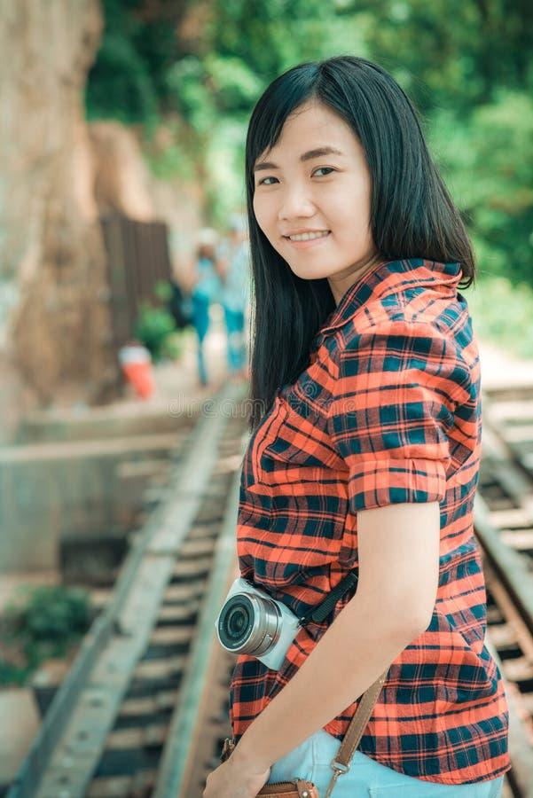 Έννοια ύφους ταξιδιών έμπνευσης γυναικών φωτογράφων καμερών στοκ φωτογραφία με δικαίωμα ελεύθερης χρήσης