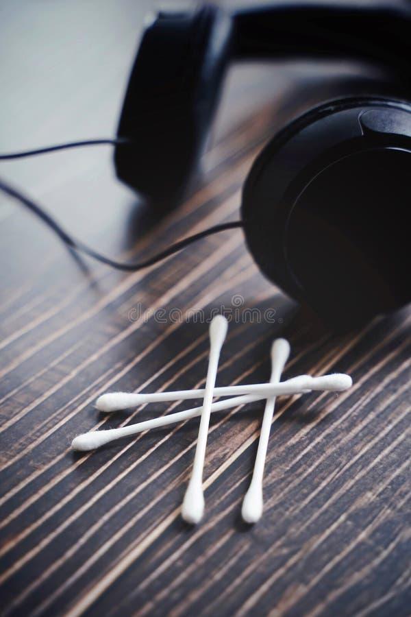 Έννοια ASMR με βαμβακερό άνθος και ακουστικά, ψίθυρο ή μουσική, Αυτόνομη αισθητηριακή μεσημβρινή απάντηση στοκ φωτογραφίες