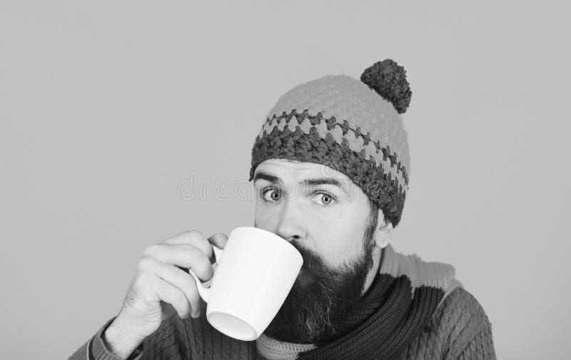 Έννοια barista καφέ και σπιτιών φθινοπώρου Caffeinated ή decaf ιδέα ποτών Άτομο στο θερμό καπέλο στοκ εικόνα με δικαίωμα ελεύθερης χρήσης