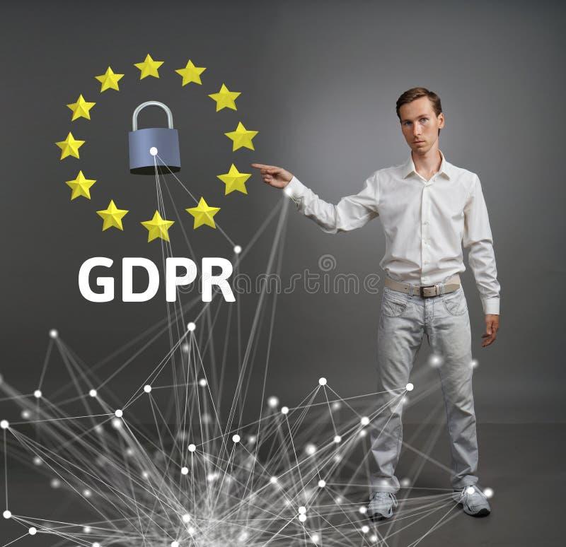 Έννοια GDPR ή DSGVO Γενικός κανονισμός προστασίας δεδομένων, η προστασία των προσωπικών στοιχείων Νεαρός άνδρας που εργάζεται με στοκ φωτογραφία με δικαίωμα ελεύθερης χρήσης