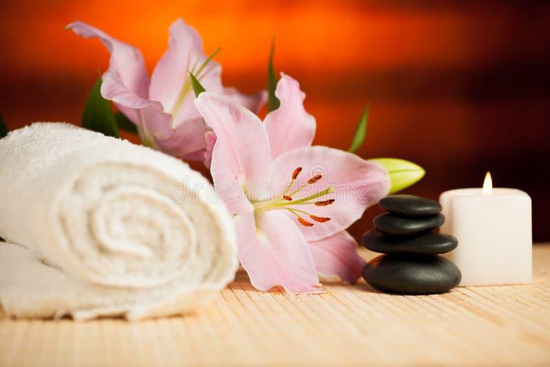 Έννοια SPA του λουλουδιού κρίνων, των πετσετών, του άλατος θάλασσας, του κεριού και του κρυστάλλου στοκ φωτογραφία με δικαίωμα ελεύθερης χρήσης