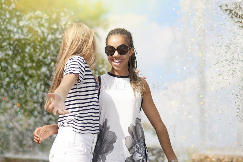 Έννοιες και ιδέες εφήβων Δύο εφηβικό Girfriends από κοινού Π στοκ φωτογραφίες