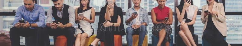 Έννοιες κολάζ των διαφορετικών ευτυχών ανθρώπων στο περιστασιακό ύφος και το διαφορετικό κινητό τηλέφωνο εκμετάλλευσης ηλικίας, π στοκ φωτογραφία