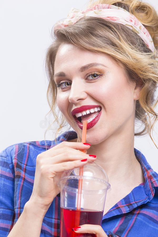 Έννοιες μόδας και τρόπου ζωής νεολαίας Δελεαστικός και ευτυχής καυκάσιος ξανθός στοκ εικόνα με δικαίωμα ελεύθερης χρήσης