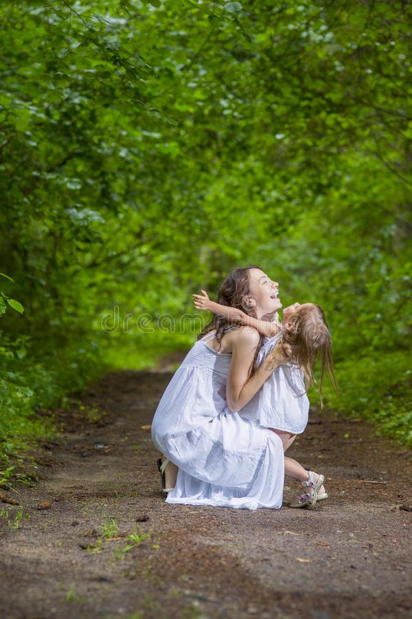 Έννοιες οικογενειακών αξιών Ευτυχής καυκάσια γυναίκα με την λίγο παιδί στοκ φωτογραφία με δικαίωμα ελεύθερης χρήσης