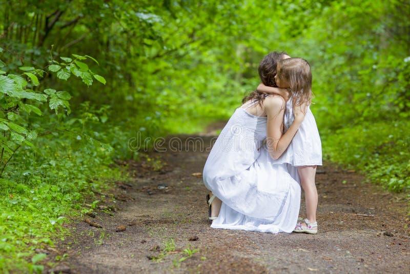 Έννοιες οικογενειακών αξιών Ευτυχής καυκάσια γυναίκα με την λίγο παιδί στοκ εικόνα