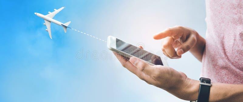 Έννοιες ταξιδιού ταξιδιού με το αρσενικό χέρι που χρησιμοποιεί το smartphone, κινητό στοκ φωτογραφίες