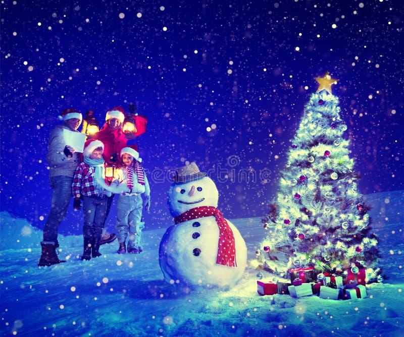 Έννοιες χιονανθρώπων της οικογενειακής Carol χριστουγεννιάτικων δέντρων στοκ εικόνα με δικαίωμα ελεύθερης χρήσης