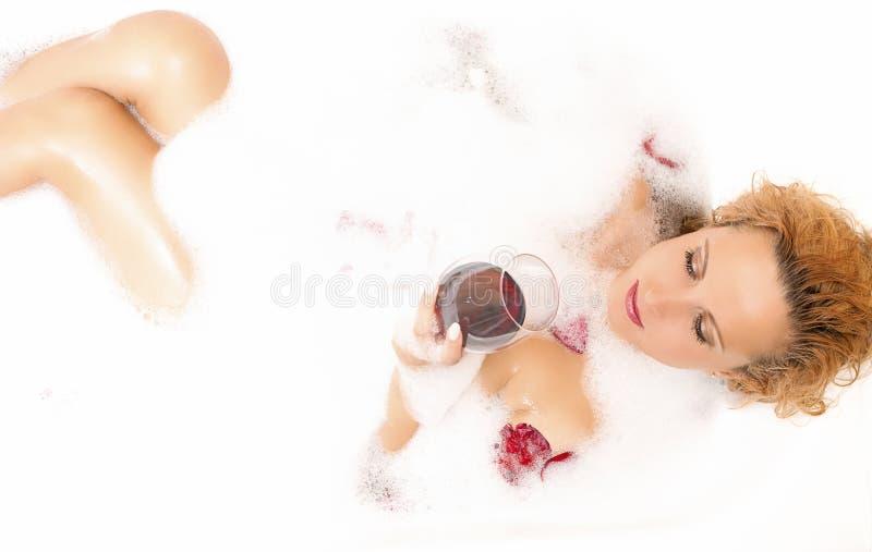 Έννοιες SPA Αισθησιακό δελεαστικό προκλητικό καυκάσιο ξανθό θηλυκό στη Foamy μπανιέρα στοκ φωτογραφίες