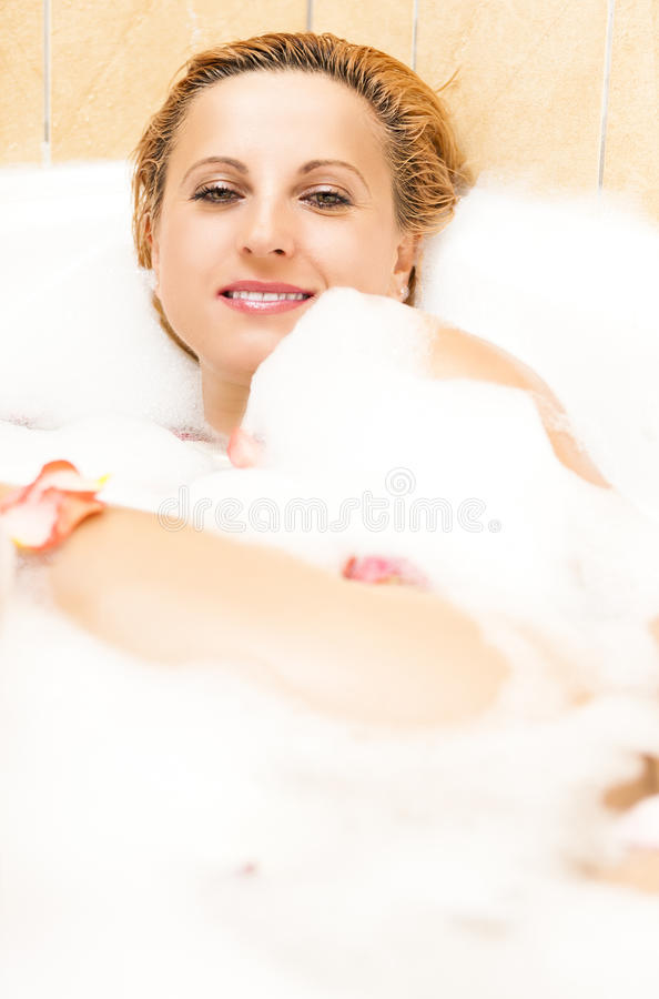 Έννοιες Wellness και ομορφιάς Προκλητική καυκάσια χαλάρωση γυναικών στο λουτρό στοκ φωτογραφίες με δικαίωμα ελεύθερης χρήσης
