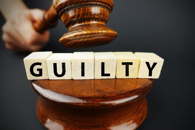 Ένοχη απόφαση Δικαστηρίου με gavel δικαστών και τους ξύλινους κύβους με το κείμενο στοκ εικόνες