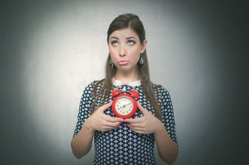 Ένοχη γυναίκα με το κόκκινο ξυπνητήρι αργά για την εργασία ή το σχολικό μάθημα oversleep αργοπορημένος στοκ φωτογραφίες με δικαίωμα ελεύθερης χρήσης